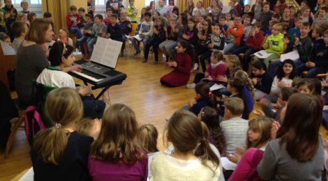 Weihnachtssingen in der Aula der Grundschule am Diebsturm