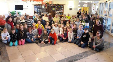 Schulchor besucht Seniorenheim
